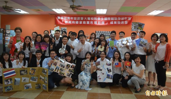 朝陽科大管理學院推動國際體驗學習,學生到越南、泰國、馬來西亞,參訪銀行、環保、美容、餐飲、殯葬等行業,今天舉行成果發表。(記者陳建志攝)