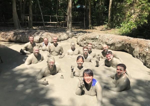 朝陽科大學生進行國際體驗學習,到馬來西亞迪加島體驗特別的火山泥浴。(記者陳建志翻攝)
