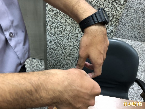 北檢男法警在林益世親友與媒體爆發推擠衝突時受傷。(記者錢利忠攝)