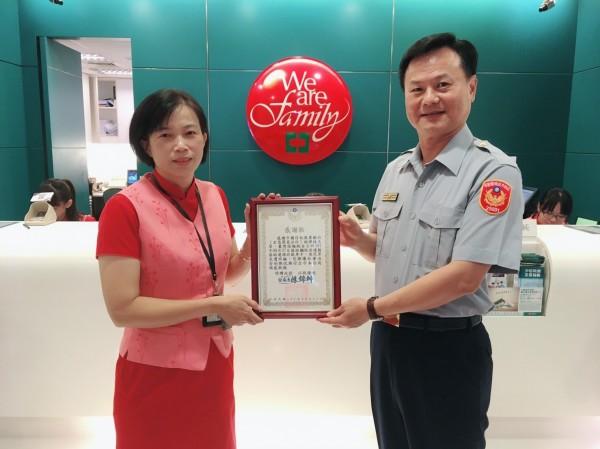 楠梓警分局長陳錦坤親自到中國信託銀行頒發感謝狀給林經理。(記者陳文嬋翻攝)