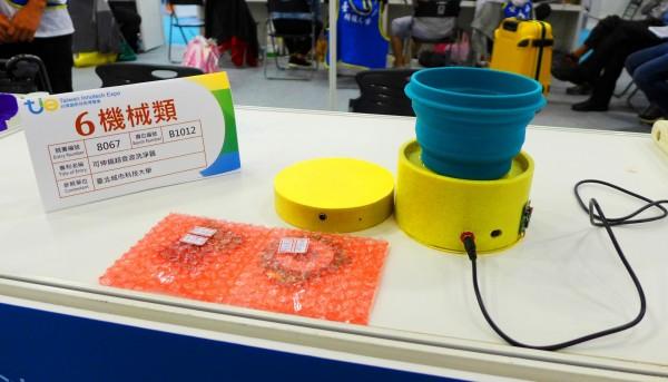 台北城市科技大學行銷系教授黃道心帶領學生研發「可伸縮超音波洗淨器」,勇奪2018台灣創新技術博覽會金牌。(圖由城市科大提供)