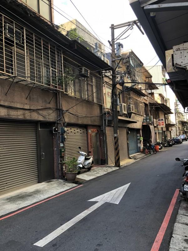 板橋捷運新埔站附近一處老舊公寓申請危老條例重建計畫,圖為動工前。(都更處提供)