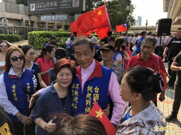 张安乐与支持者合照。(记者王冠仁摄)