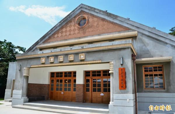 新化公會堂成功轉型,是全市首座藏身歷史建築的圖書館。(記者吳俊鋒攝)