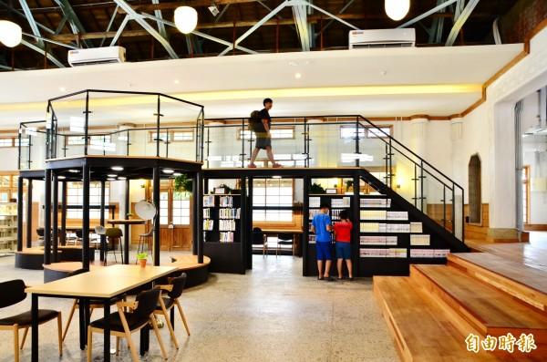 內部也增設造型樓層,近距離觀看上方的鋼木混合桁架結構。(記者吳俊鋒攝)