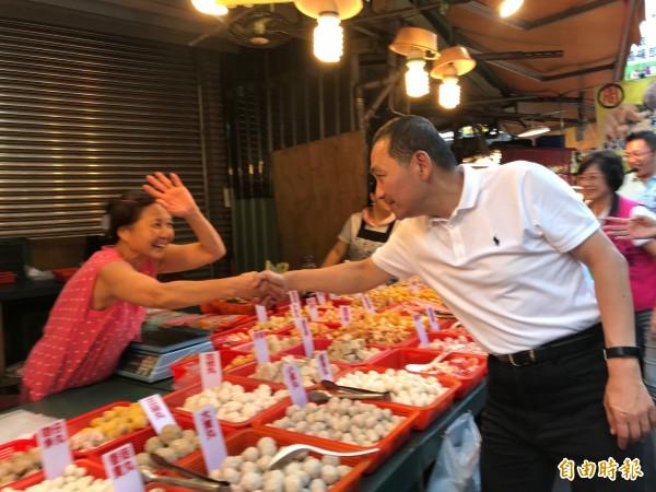 侯友宜今天下午至蘆洲區萬全市場、黃昏市場掃街,爭取支持。(記者陳心瑜攝)