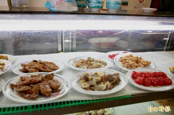嘉義市三雅嘉義火雞肉飯的小菜樣式多。(記者林宜樟攝)