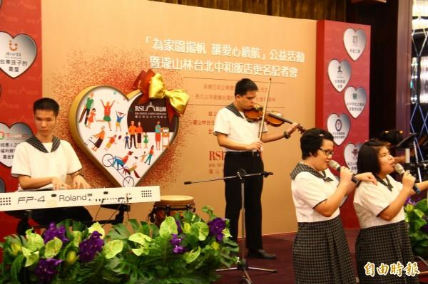 瓏山林中和台北飯店更名公益記者會,邀請台中市惠明盲童育幼院合唱團以溫暖歌聲開場表演。(記者邱書昱攝)