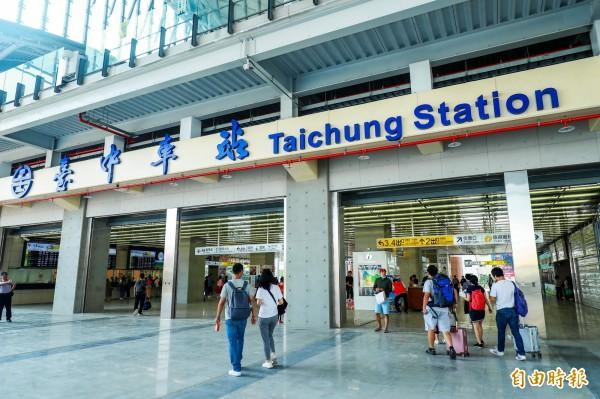 民眾可以從台中車站大平台進入售票大廳。(記者張菁雅攝)
