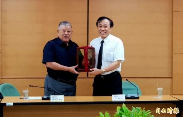 光啟高中董事長黃東榮(左)與萬能科技大學校長莊暢,共同簽署合作計畫。(記者鄭淑婷攝)