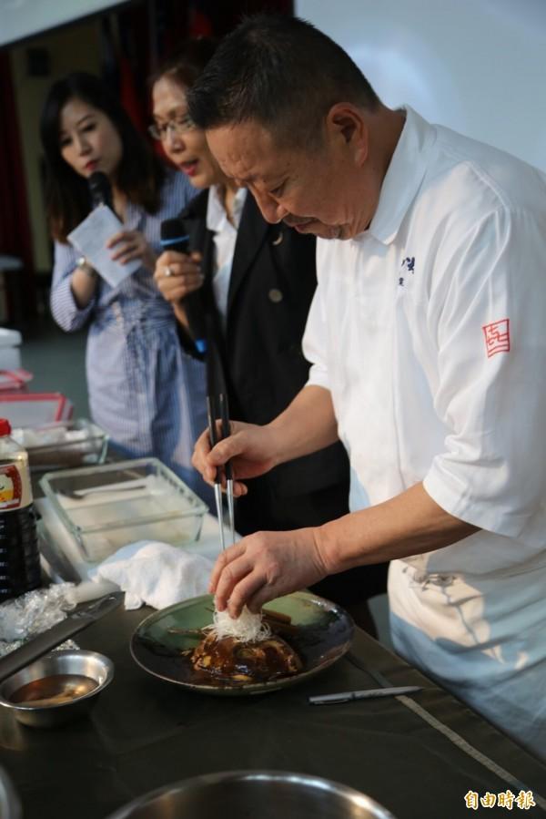 日本名廚千葉憲二示範料理。(記者許倬勛攝)