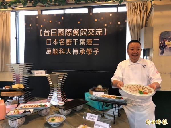 日本名廚千葉憲二示範料理雕魚生魚片。(記者許倬勛攝)