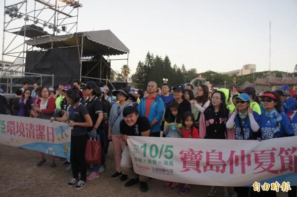 澎管處世界最美麗海灣音樂會,上百位民眾熱情參與淨灘活動。(記者劉禹慶攝)