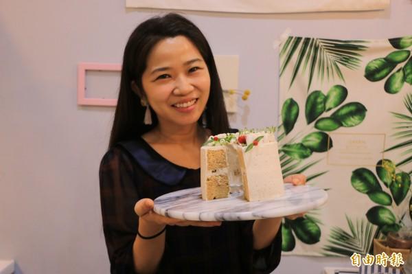 蕭文俐是「週二藝術」的靈魂人物,以各式在地食材製作出匠心獨具、好看又好吃的甜點。(記者鄭名翔攝)