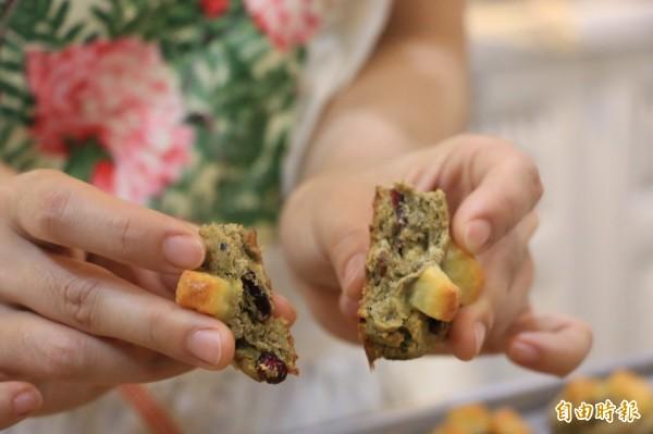 黑豆結合燕麥,搭配蔓越莓果乾,最後再加上起司點綴,製作成令人驚豔的黑豆燕麥司康。(記者鄭名翔攝)