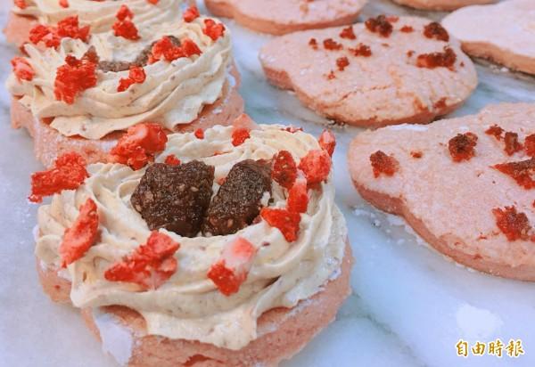 草莓果乾及草莓粉烘烤出令人少女心噴發的大湖草莓熊達克瓦茲,一推出就大受好評。(蕭文俐提供)