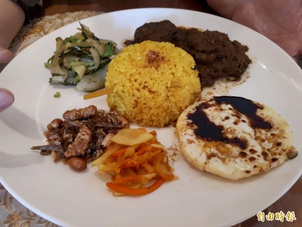 店內最多人點的巴東牛肉飯,是道地的南洋餐,牛肉搭配10種香料熬燉而成,搭配薑黃飯最對味。(記者洪美秀攝)