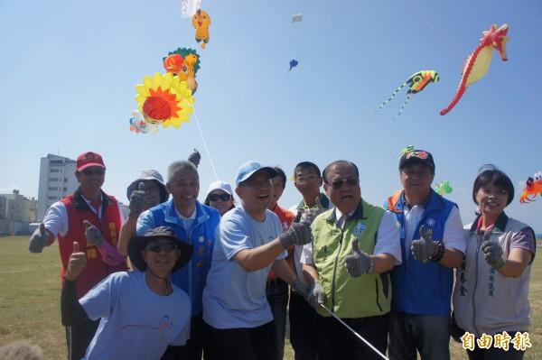 澎湖政壇貴賓施放澎湖特色風箏,包括縣鳥、縣花、縣樹及縣魚等。(記者劉禹慶攝)