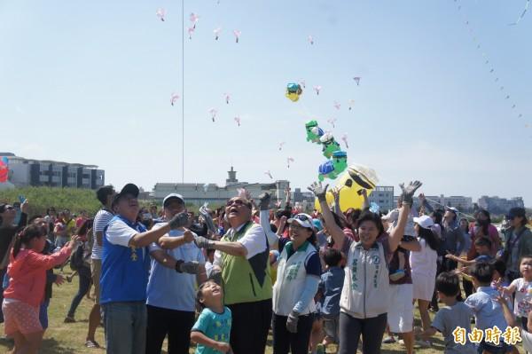 菊島風箏表演賽安排親子遊戲,空飄糖果讓小朋友們相當興奮。(記者劉禹慶攝)