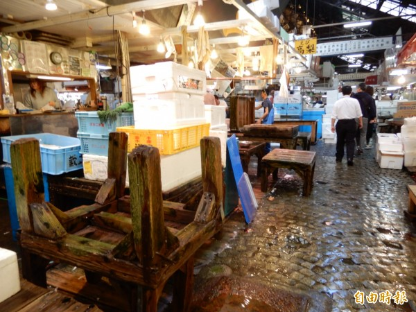 即使築地市場將拆除,攤商仍做了最後一次清理,斑駁桌檯刻劃了歲月的痕跡。(記者林翠儀攝)