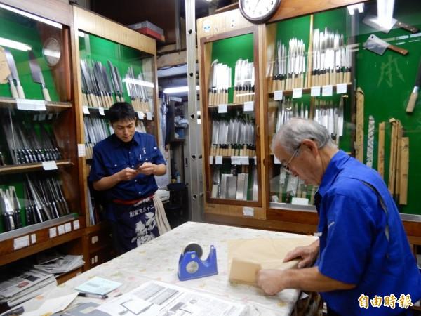 日本刀具店「正本」的店員正在幫客人調整菜刀。(記者林翠儀攝)
