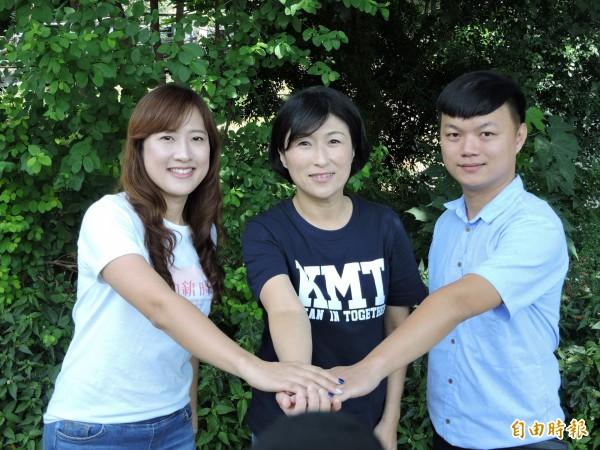 饒慶鈴(中)力邀范逸嫻(左)、雷明聖擔任競選總部發言人。(記者張存薇攝)