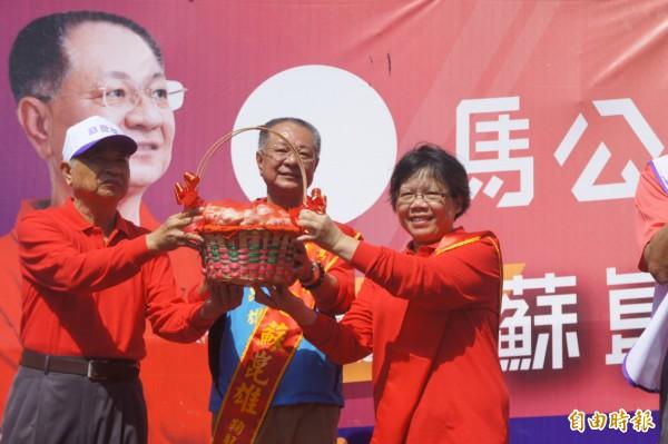以無黨身分參選馬公市長的蘇崑雄,由兄長致贈蒜頭代表當選。(記者劉禹慶攝)