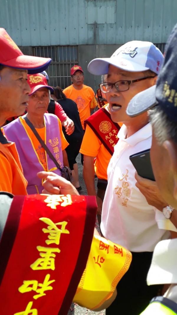 大甲媽遶境后里區中和里「過門不入」,里長陳明裕(左)與鎮瀾宮董事李鴻文(右)起爭執。 (爆料民眾提供)