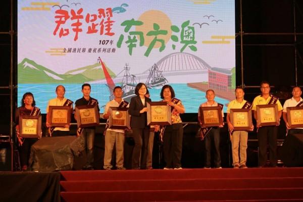楊麗珠前往宜蘭南方澳,接受蔡英文總統頒獎表揚。(楊麗珠提供)