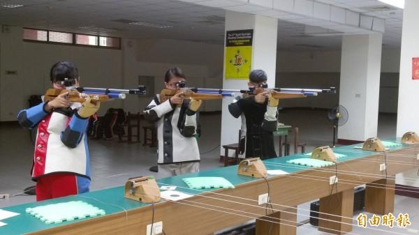 鳳和高中射擊隊參加教育部107年高中職校學生實彈射擊競賽,擊敗強手台東體中勇奪全國冠軍。(記者王涵平攝)