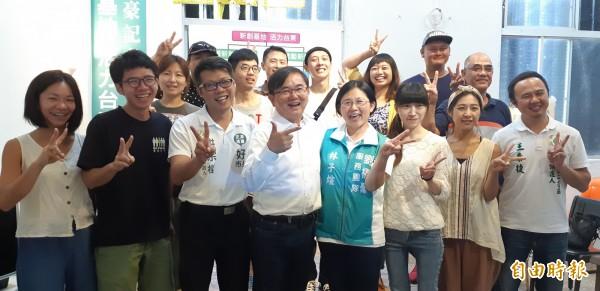 民進黨台東縣長參選人劉櫂豪(前排左4)今天在多位創業青年的陪同下,發表「新創基地、活力台東」政見。 (記者黃明堂攝)