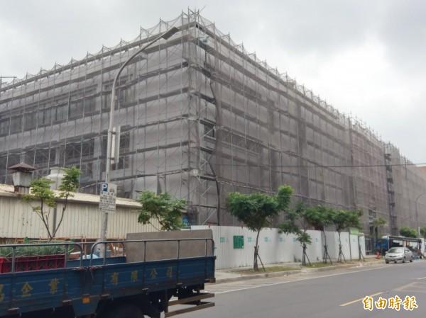 新竹市農產運銷公司,俗稱果菜市場,因長年未整修,導致外牆剝落嚴重,現由農產運銷公司進行拉皮和修繕防水工程。(記者洪美秀攝)