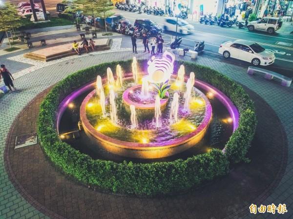 「頭份之心」上公園水池以茶壺作為意象,打造燈光秀搭配水舞,成為新的拍照打卡熱點。(記者鄭名翔攝)