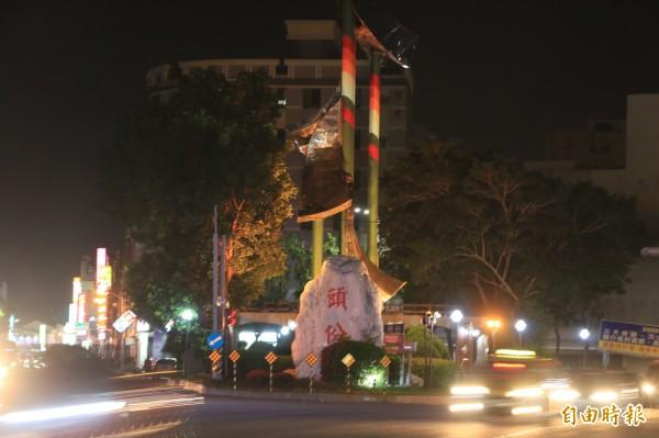 上地標公園改善夜間照明,改以五彩燈光,照亮進入市區的入口地標。(記者鄭名翔攝)