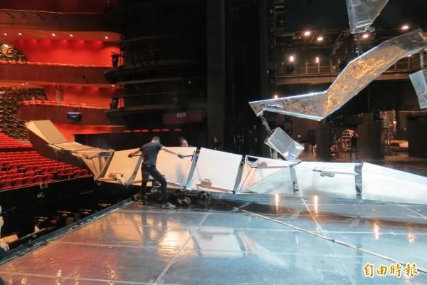 華格納歌劇三部曲「齊格飛」有8米的機械巨龍登台。(記者蘇孟娟攝)