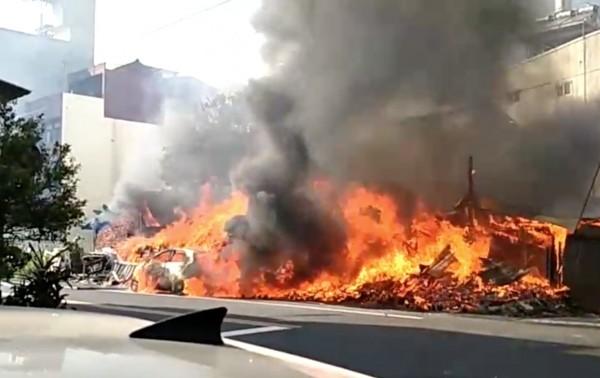 彰化縣社頭鄉忠孝三路下午突然發生大火,一輛自小客車來不及移出,陷入無情火海。(記者陳冠備翻攝)