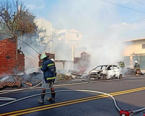 火勢1個小時獲得控制,1輛轎車燒得只剩鐵殼。(翻攝社頭人俱樂部)