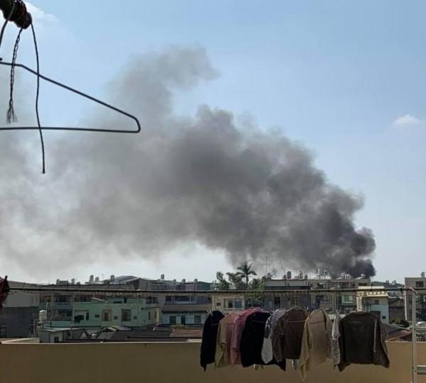 火災冒出濃煙不斷往上竄,數百公尺住家感受看得到火災威力。(翻攝社頭人俱樂部)