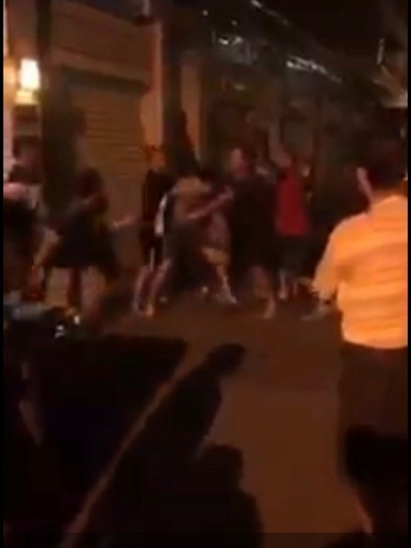男子遭圍毆,旁人仍不斷罵他。(記者洪臣宏翻攝)