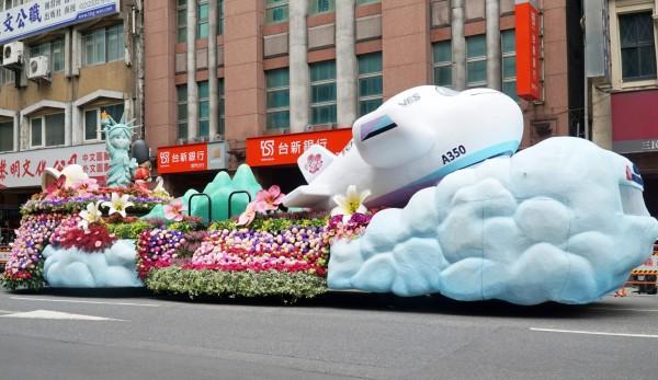 華航國慶花車由大葉大學造形藝術學系製作,華麗的花車一出場就成為吸睛亮點。 (大葉大學提供)
