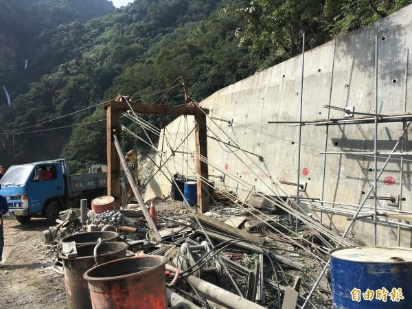 南投信義鄉雙龍景觀吊橋正進行橋台主索地錨固定,完工後將會是全台最長、最驚險的吊橋。(記者劉濱銓攝)