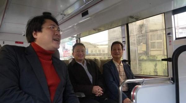 基隆、台北快捷公車1088於2016年底通車,平日末班車晚上9點,民眾反映常搭不到,圖為通車時基隆市長林右昌試乘。(記者林欣漢翻攝)