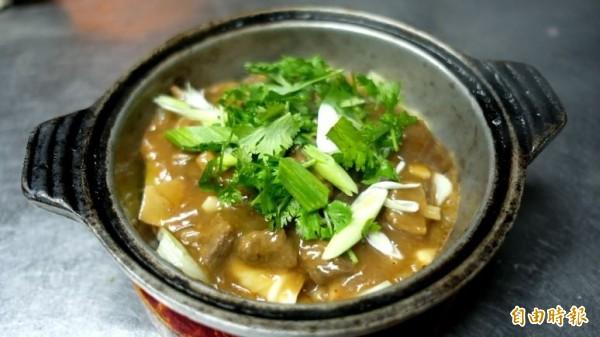「吉品熱炒」招牌菜「湖南羊肉煲」,是老饕冬天的期待。(記者林欣漢攝)