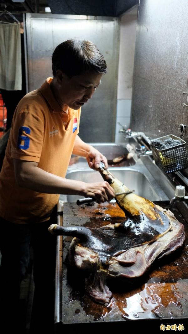 「吉品熱炒」招牌菜「湖南羊肉煲」要烘烤、去皮,再以中藥滷製,做工繁瑣需兩個工作天。(記者林欣漢攝)