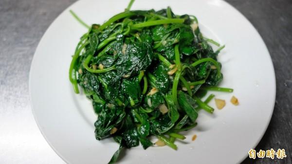 簡單的炒地瓜葉加入雞湯,口味更溫醇。(記者林欣漢攝)