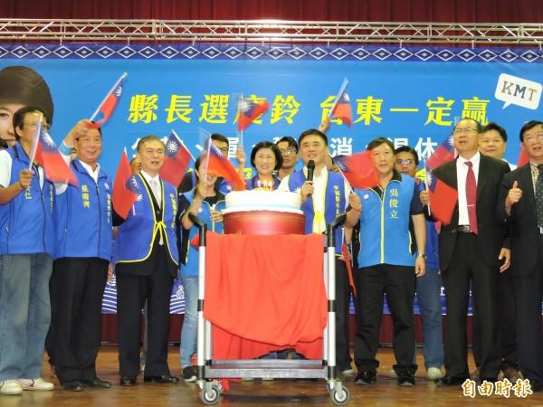 饒慶鈴軍公教警消退休人員後援會今天中午成立,國民黨籍候選人一起為國家慶生。(記者張存薇攝)