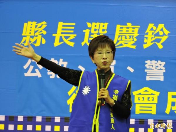 國民黨前黨主席洪秀柱痛批民進黨政府,指總統府凱道上的國慶典禮的布置,紅色雙十不見了,變成看不懂的線條組成,用閩南語念「台灣共好」,就是「台灣共和」、準備成立台灣國,請大家一定要在年底用選票討回公道!(記者張存薇攝)