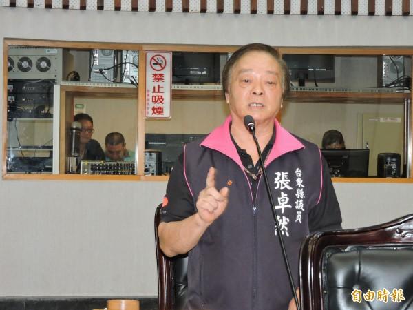議員張卓然指台東縣員警十分辛苦,爭取增加「超勤津貼」。(記者張存薇攝)
