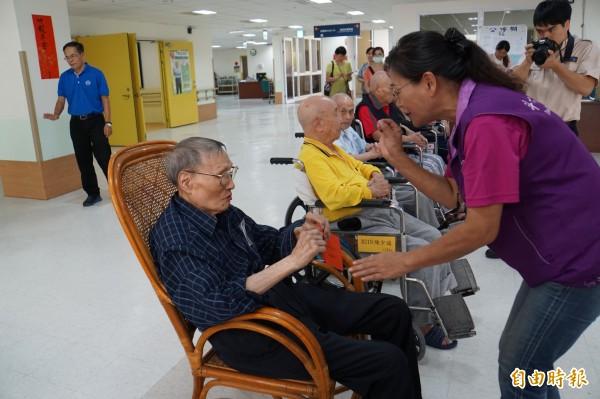 103歲榮民爺爺莊曙村想將敬老金捐給謝淑亞,但被謝婉拒。(記者詹士弘攝)