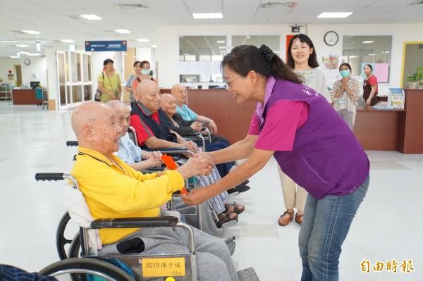 斗六市長謝淑亞贈送重陽敬老金給榮民爺爺。(記者詹士弘攝)